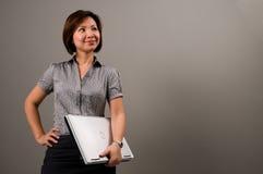 Aziatische dame in bedrijfskledij, die een notitieboekje houdt Royalty-vrije Stock Foto's