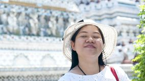 Aziatische dame die voor het reizen in Wat Arun genieten van bangkok thailand stock footage