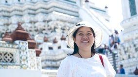Aziatische dame die voor het reizen in Wat Arun genieten van bangkok thailand Langzame Motie stock video