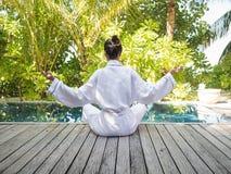 Aziatische Dame het praktizeren Yoga Stock Foto's