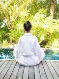 Aziatische Dame het praktizeren Yoga Royalty-vrije Stock Afbeelding