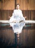 Aziatische Dame het praktizeren Yoga Royalty-vrije Stock Foto