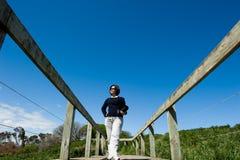 Aziatische dame op een houten promenade Royalty-vrije Stock Afbeelding