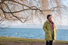 Aziatische damereiziger, de stad van Neuchâtel in de Winter, Zwitserland, Europa royalty-vrije stock foto
