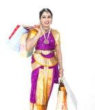 Aziatische danser met het winkelen zakken stock afbeelding