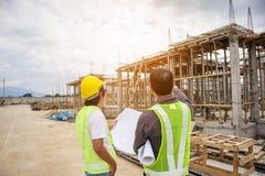 Aziatische de ingenieursarbeiders van de bedrijfsmensenbouw bij bouwterrein stock foto