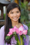 Aziatische de lotusbloembloemen van de vrouwenholding Royalty-vrije Stock Afbeeldingen