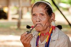Aziatische de mensenlawae van het portret met pijp Stock Foto's
