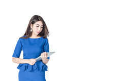 Aziatische de tabletcomputer van de onderneemsterholding op een witte achtergrond Stock Afbeelding