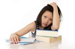 Aziatische die studente op handboeken wordt overgewerkt Royalty-vrije Stock Fotografie
