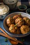 Aziatische die Vleesballetjes met Witte Rijst worden gediend Stock Foto