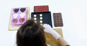 Aziatische die vrouw tot chocolade voor de dag van Valentine wordt gemaakt stock video