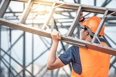 Aziatische dragende het aluminiumladder van de arbeidersmens stock afbeelding