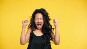 Aziatische emotionele boze vrouw die met omhoog wapens gillen stock videobeelden