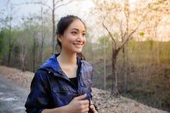 Aziatische en gelukkige vrouwen die terwijl het aanstoten buiten op stree glimlachen royalty-vrije stock foto's