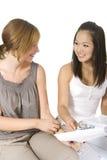 Aziatische en Kaukasische studentenmeisjes Stock Foto's