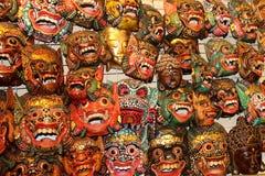 Aziatische etnische herinneringsmaskers die op de muur hangen royalty-vrije stock fotografie