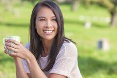 Aziatische Europees-Aziatische Meisjesvrouw het Drinken Koffie of Thee Royalty-vrije Stock Afbeeldingen