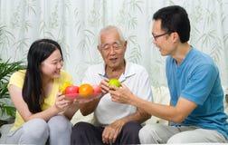 Aziatische familie stock afbeeldingen