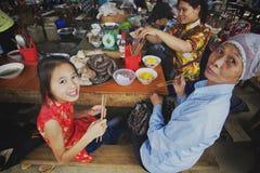 Aziatische familie die in Bac Ha Market in Vietnam, Zuidoost-Azië dineren Stock Fotografie