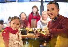 Aziatische familie die diner hebben bij restaurant royalty-vrije stock fotografie