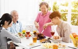 Aziatische familie die diner hebben samen royalty-vrije stock afbeelding