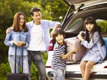 Aziatische familie die door auto reizen stock foto's