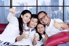 Aziatische familie die duimen in de flat tonen Stock Afbeeldingen