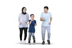 Aziatische familie die oefening doet die in de studio in werking wordt gesteld royalty-vrije stock foto's