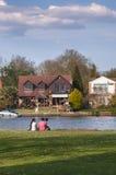 Aziatische Familie - het jonge paar en kind ontspannen dichtbij rivier Theems Royalty-vrije Stock Foto's