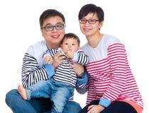 Aziatische familie met babyzoon Royalty-vrije Stock Foto's