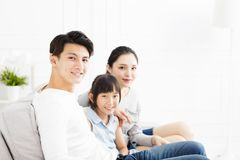 Aziatische familie op bank in woonkamer royalty-vrije stock foto's