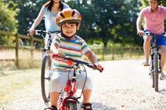 Aziatische Familie op Cyclusrit in Platteland Stock Fotografie