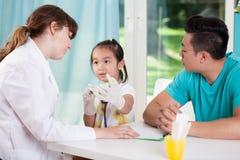 Aziatische familie op het kantoor van de pediater Stock Foto's