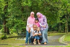 Aziatische familie openlucht Stock Afbeeldingen