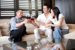 Aziatische familievriend met wijn Stock Afbeeldingen