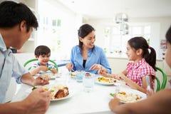 Aziatische Familiezitting bij Lijst die Maaltijd samen eet Royalty-vrije Stock Foto