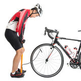Aziatische fietser die lucht-pomp gebruiken Royalty-vrije Stock Afbeelding