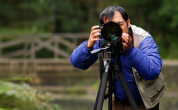 Aziatische fotograaf in openlucht Royalty-vrije Stock Afbeeldingen