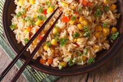 Aziatische gebraden rijst met graan en van het eierenclose-up horizontale hoogste mening stock fotografie