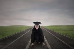 Aziatische gediplomeerde bij het rennen van spoor openlucht stock afbeelding