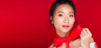 Aziatische gelooide huidvrouw met sterke kleuren rode lippen royalty-vrije stock foto