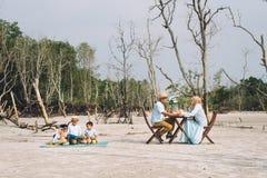 Aziatische gelukkige familie die een picknick hebben royalty-vrije stock foto's