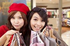 Aziatische gelukkige meisjes in een winkelcentrum royalty-vrije stock afbeeldingen