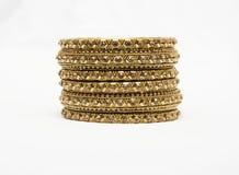 Aziatische Gouden bangals van Jewllery op een witte achtergrond stock afbeelding