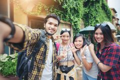 Aziatische Groep jongeren met vriendenrugzakken die toget lopen Royalty-vrije Stock Foto's