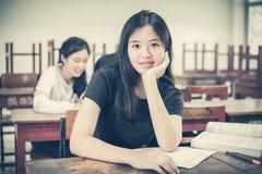 Aziatische Groep studenten die met de ideeën voor het werken aan Th delen royalty-vrije stock fotografie