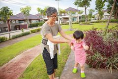 Aziatische grootmoeder met kleindochter terwijl het spelen in het park stock foto