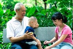 Aziatische grootvader met twee royalty-vrije stock foto