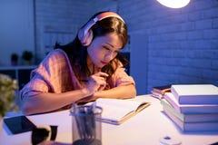 Aziatische harde studentenstudie stock foto